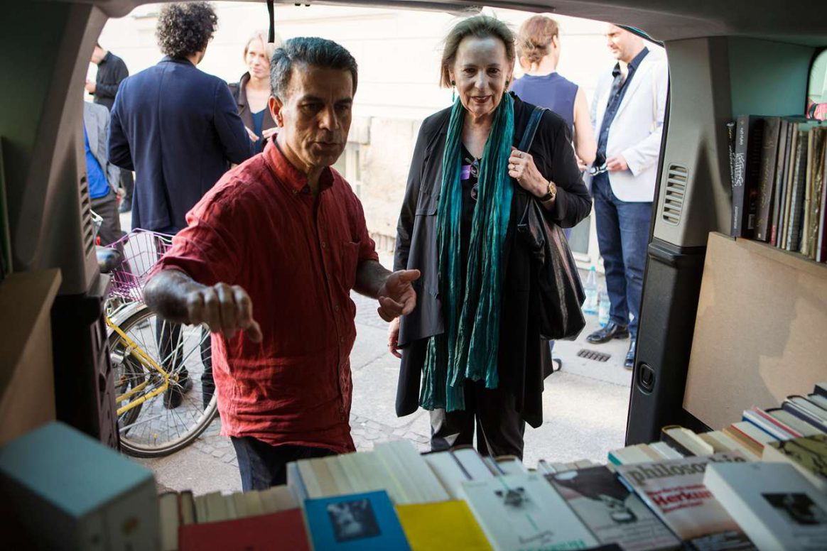Prof. Dr. Christina Weiss and Bakir Ali with his taxi-library
