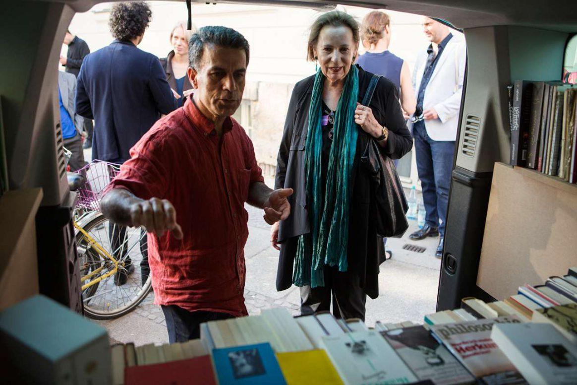 Prof. Dr. Christina Weiss und Bakir Ali mit seiner Taxi-Bibliothek