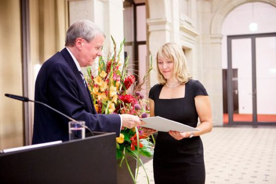 Dr. Nina Henriette Uhlenhaut und Prof. Dr. Jörg Hacker - Preisverleihung 2015