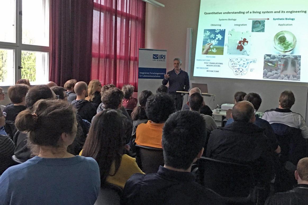 """Vortrag von Luis Serrano im Mai 2017 am IRI Lebenswissenschaften im Rahmen des IRI-Schering-Kolloquiums """"Life in Numbers"""""""