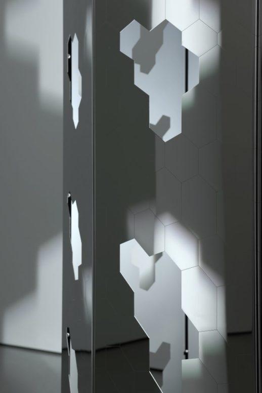 Carsten Nicolai: rota, Rotierender Zylinder mit gravierter und perforierter Edelstahl-Oberfläche, Lichtquelle, Sound 260 x 168 x 168 cm 2009