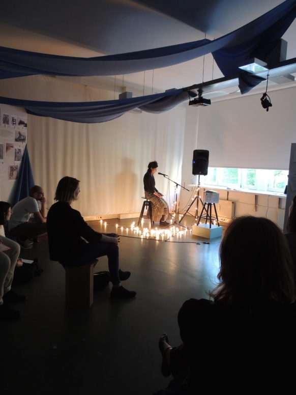 Andrea Popelka präsentiert ihr Projekt »Plane(t)s of Glistening Entanglement« in einem performativen Vortrag
